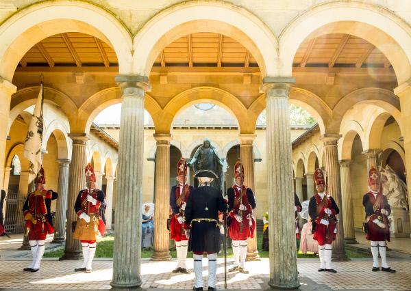 Bild 1 von 6: Bei einem historischen Kostümfest wird ein Mitglied des Vereins zur Erhaltung der preußischen Kultur \