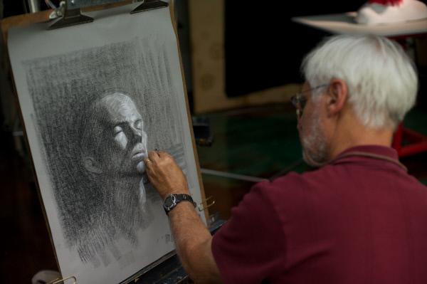 Bild 1 von 3: Robert Goldman, ein Künstler in Tucson, malt eine Büste.