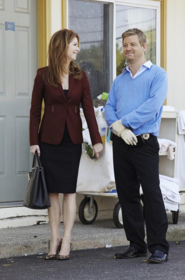 Bild 1 von 24: Eine gut gekleidete Frau wird tot in einem billigen Motelzimmer gefunden. Peter (Nicholas Bishop, r.) und Megan (Dana Delany, l.) beginnen mit den Ermittlungen ...