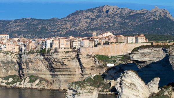 Bild 1 von 3: Die kleine Hafenstadt Bonifacio liegt an der südlichen Spitze Korsikas und zeichnet sich durch ihre spektakuläre Lage auf einem steilen Kliff aus.