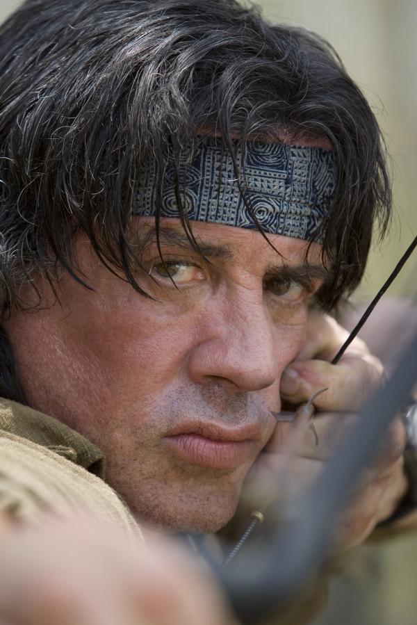 Bild 1 von 18: Gegen jegliche Vernunft und den Rat seines ehemaligen Mentors entschließt sich Rambo (Sylvester Stallone), eine kleine Gruppe Missionare f in die Krisenregion Burmas zu bringen. Da gerät ein Teil der Gruppe in einen Hinterhalt ...