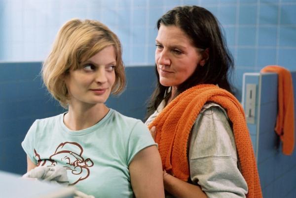 Bild 1 von 18: Walters (Katy Karrenbauer, re.) einziger Lichtblick seit ihrer Rückkehr nach Reutlitz ist die attraktive Manuela (Constanze Priester), genannt Manu, auf die sie ein Auge geworfen hat.
