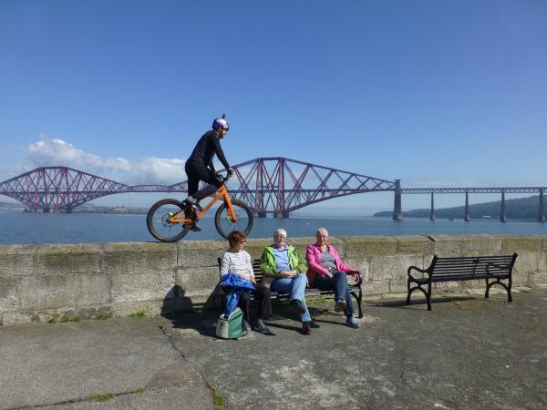 Bild 1 von 10: Auch die grandiose Kulisse lockt Trial-Biker Danny MacAskill zum Trainieren an den Firth of Forth.