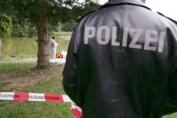 Bild 1 von 5: Polizisten, Rechtsmediziner und Kriminaltechniker aus ganz Deutschland berichten über die spektakulärsten Mordfälle ihrer Karriere, die gleichzeitig ihre größten Herausforderungen waren. Die Mordkommissionen öffnen Polizeiakten und Asservatenkammern und präsentieren zum Teil noch nicht veröffentlichte Polizeifotos und Originalvideos.