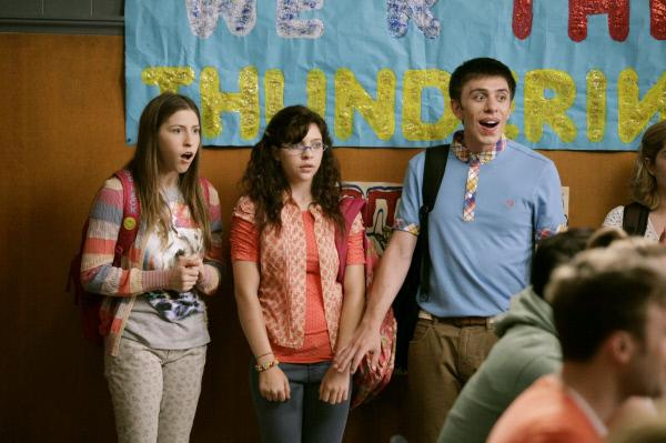 Bild 1 von 19: Sue (Eden Sher, l.), Carly (Blaine Saunders, 2.v.l.) und Brad (Brock Ciarlelli, r.) können nicht fassen, was Mr. Farrar da verkündet. Unterdessen wird Frankie eine Hiobsbotschaft überbracht und Mike ärgert sich über Bricks unangemessenes Verhalten ...