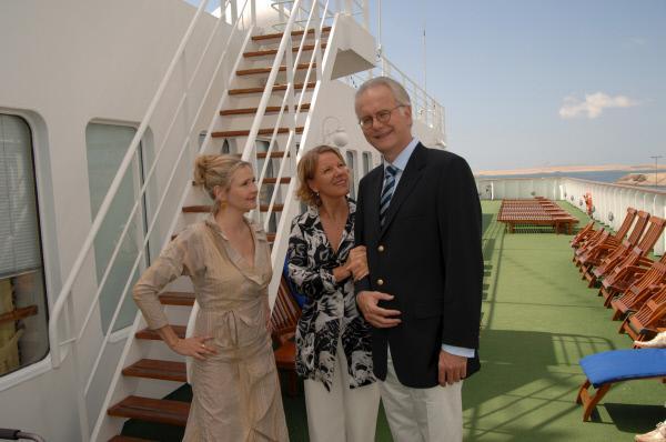 Bild 1 von 9: Lydia Bergmann (Katharina Schubert, l.) und Ilse Schifferle (Mariele Millowitsch, M.) bemühen sich um die Gunst von Oskar de Navetta (Harald Schmidt, r.), dem Gentleman Host auf dem Schiff.