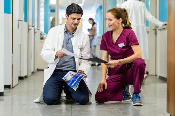 Bild 1 von 9: Dr. Marco Behring (Maximilian Grill) und Betty (Bettina Lamprecht).