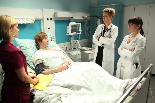 Bild 1 von 9: Lizzy Riedmüller (Theresa Underberg, l.), Simon Wächter (Moritz Leu, M.), Dr. Helena von Arnstett (Claudia Hiersche, 2.v.r.) und Dr. Mira Köttner (Lore Richter, r.).