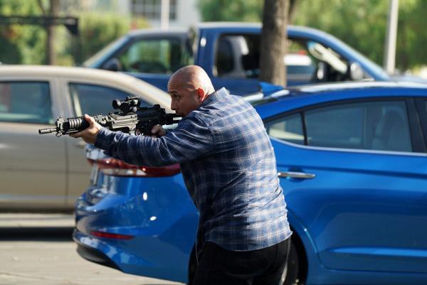 Bild 1 von 3: Bei einer Verfolgung eröffnet der Verdächtige das Feuer auf ein Polizeiauto.