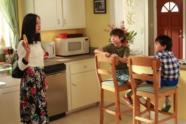 Bild 1 von 29: Jessica (Constance Wu, l.) und Louis werden während eines Termins in der Schule getadelt, da sie sich an keiner außerschulischen Aktivität ihrer Söhne beteiligen. Kurzerhand wird Jessica dazu verdonnert, sich an der Theateraufführung von Emery (Forrest Wheeler, M.) und Evan (Ian Chen, r.) zu beteiligen ...