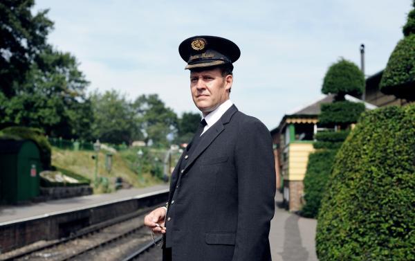 Bild 1 von 2: Bahnhofsvorsteher Paterson (Justin Edwards) verheimlicht der Polizei brisante Informationen.