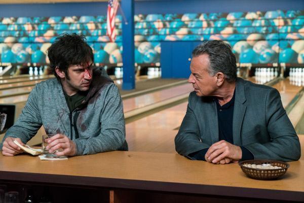 Bild 1 von 2: Mr. Wrench (Russell Harvard, l.) ist erschöpft von dem Kampf gegen Yuri und Meemo. Er trifft auf Paul Marrane (Ray Wise, r.) in einer Bowlinghalle.