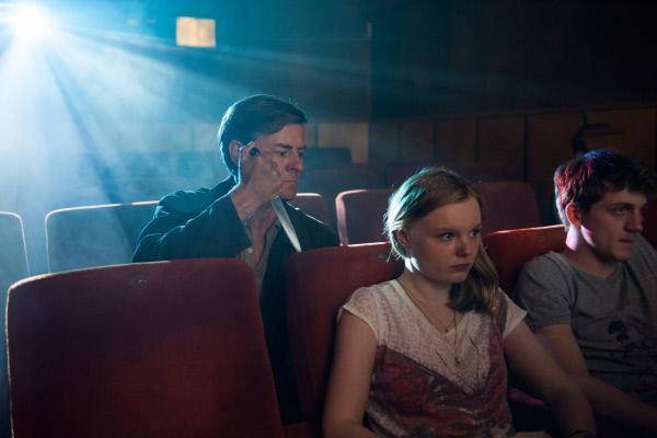 Bild 1 von 15: Holbrecht (Marcus Mittermeier, l.) bedroht Helena (Maria Dragus, M.) im Kino.