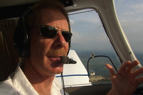 Bild 1 von 4: Der Pilot Gerard Moss fliegt über dem Amazonasgebiet.