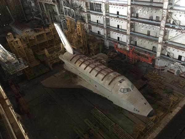 Bild 1 von 4: In den gewaltigen Hangars des Weltraumbahnhofs in Baikonur rostet das Raumfahrtprogramm der UDSSR vor sich hin. Riesige Raketen, 15 Meter lang - und ein geheimes Space Shuttle. Evil Jared Hasselhoff und das Team wollen als erstes deutsches TV-Team zu dem Lost Place vordringen.