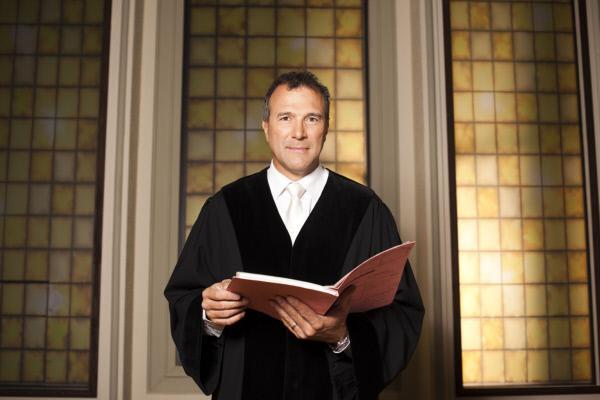 Bild 1 von 4: Richter Alexander Hold war Staatsanwalt und Richter am Amtsgericht in Kempten. Er steht in der erfolgreichen Court-Show-Tradition von SAT.1 und entscheidet Strafrechtsfälle - das ganze Spektrum der Strafbarkeit, vom Drogendealer bis zur Sexualstraftat ...