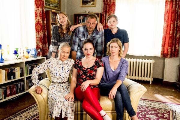 Bild 1 von 22: (vorne v.l.) Waltraud (Hedi Kriegeskotte), Magda (Verena Altenberger), Conny (Brigitte Zeh) - (hinten v.l.) Leah (Charlotte Krause), Tobi (Matthias Komm), Luca (Luis Kain)