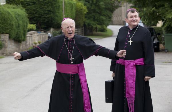 Bild 1 von 5: Bischof Michael Parsons (Michael Byrne, l.) und Canon Gibson (Richard Braine, r.) sind zu Besuch in dem kleinen Örtchen Carsely. Die Bewohner bereiten sich schon lange auf die Gäste vor, doch der Tod von Amanda wirft einen Schatten auf das lang erwartete Ereignis.