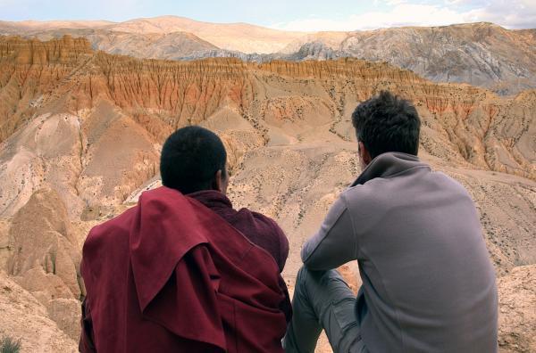 Bild 1 von 3: Der Mönch Phunchok (li.) und Philippe Simay (re.) blicken auf die gebirgige Mustang-Region.