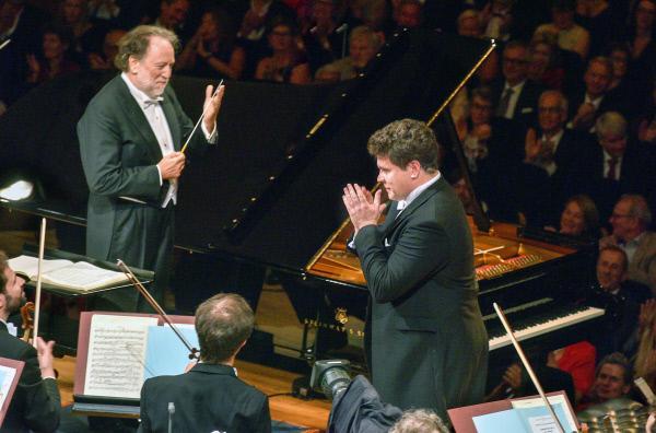 Bild 1 von 2: Chefdirigent Riccardo Chailly (li.) widmet sich mit dem Lucerne Festival Orchestra zur Eröffnung des Sommerfestivals 2019 dem russischen Komponisten Sergej Rachmaninow.