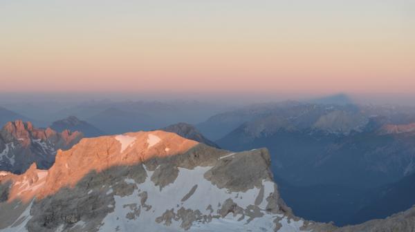 Bild 1 von 8: Farbschauspiel bei klarem Himmel: Das Naturphänomen Erdschattenbogen ist in den Alpen am besten zu sehen.