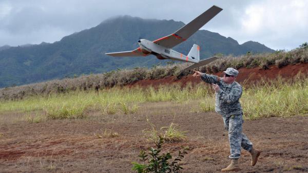 Bild 1 von 2: Obwohl einige Drohnen des Militärs, verglichen mit anderen Luftfahrzeugen, nicht besonders schnell fliegen können, sind sie aufgrund ihrer Größe ideal für eine möglichst unauffällige, strategische Luftraumaufklärung geeignet.