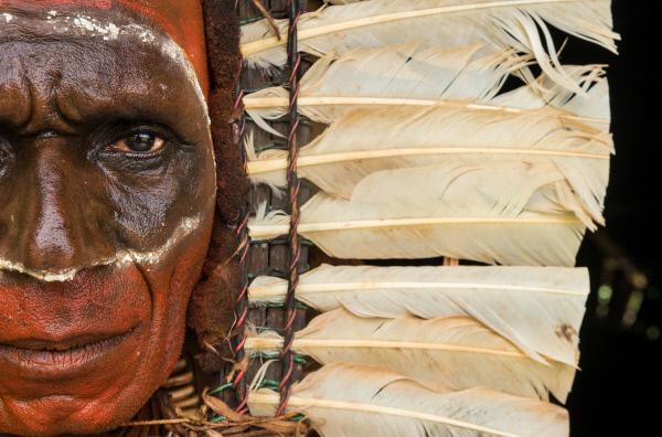 Bild 1 von 5: Mit viel Geduld und Fantasie stellen die Papua aus diversen Naturmaterialien beeindruckende Schmuckstücke her.