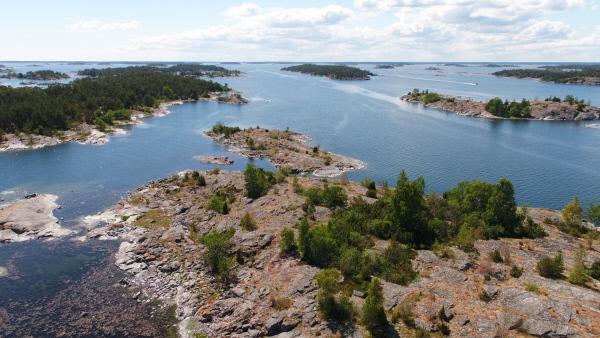Bild 1 von 6: Die Ostsee ist so jung, dass man die Spuren ihrer Entstehung heute noch sieht. Die Inseln im Schärengarten von St. Anna sind so flach, weil sie von den Gletschern in der letzten Eiszeit glattgeschliffen wurden.