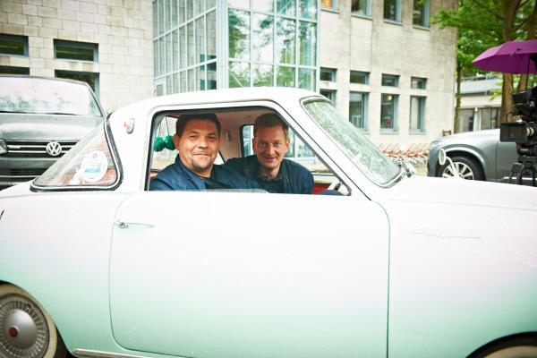 Bild 1 von 5: Tim Mälzer (l.) und Michael Kessler (r.) im Auto.