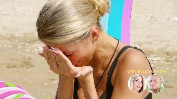 Bild 1 von 80: Christinas Sorge vor dem zweiten Lagerfeuer lässt sie am Strand in Tränen ausbrechen.