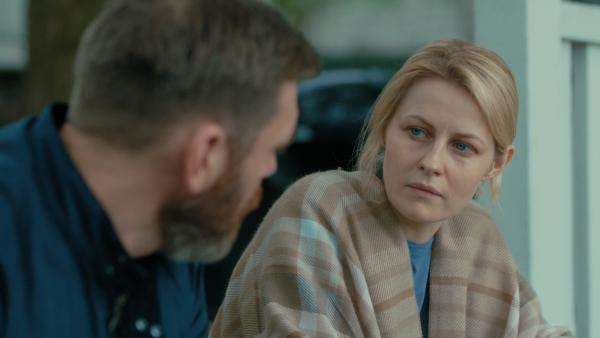 Bild 1 von 3: Ewert Grens (Leonard Terfelt) muss Lena Nordwall (Edda Magnason) vom Tod ihres Mannes berichten.