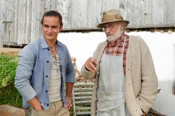Bild 1 von 14: Basti (Raban Bieling, l.) und Leo (Fred Stillkrauth) machen sich Gedanken, wie es mit dem Hof weitergeht.