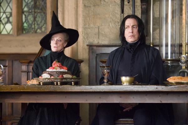 Bild 1 von 14: Seit Harry Zeuge von Lord Voldemorts Auferstehung wurde, leugnet das Zaubereiministerium (v.l.n.r.: Maggie Smith, Alan Rickman) diese Tatsache. Um sich dennoch auf den Angriff des dunklen Lords vorzubereiten, gründen Harry und seine Freunde die \