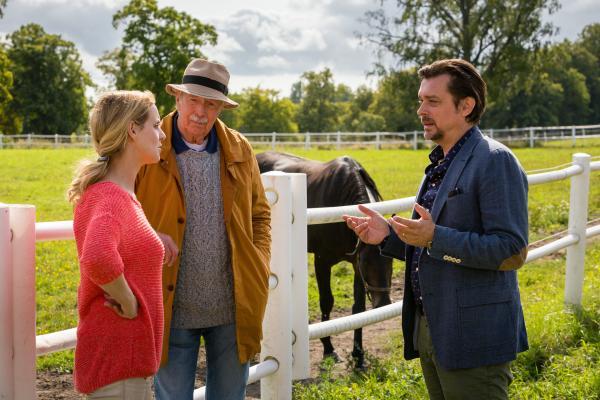 Bild 1 von 15: Der windige Pferdehändler Herr Fersebrö (Hary Prinz, r.) lässt nicht locker. Doch Elin (Anja Nejarri, l.) und Harald (Volkert Kraeft, M.) wollen keinen Handel mit ihm eingehen.