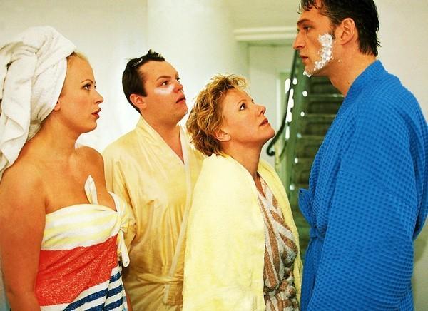 Bild 1 von 8: Nikola (Mariele Millowitsch, 2.v.re.), Elke (Jenny Elvers) und Tim (Oliver Reinhard, 2.v.li.) sind erschüttert, dass ihr unbeliebter Chef Dr. Schmidt (Walter Sittler) in \