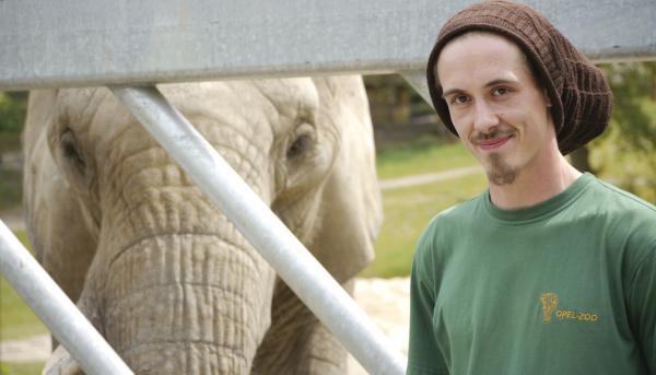 Bild 1 von 1: Tierpfleger Tim Viereck, aus dem Kronberger Opel-Zoo.