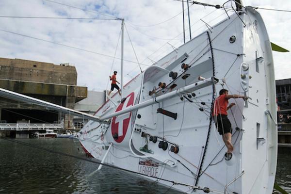 Bild 1 von 5: Alan Roura beim Einwassern seiner Renn-Yacht.