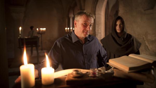 Bild 1 von 6: Professor Matthias Wemhoff beim Dreh im Kloster Bronnbach.