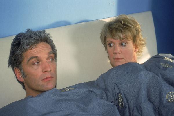 Bild 1 von 5: Schmidt (Walter Sittler) und Nikola (Mariele Millowitsch) erwachen nach einer durchzechten Nacht splitterfasernackt in einem Bett auf. Doch beide können sich nicht daran erinnern, was in der Nacht vorgefallen ist...