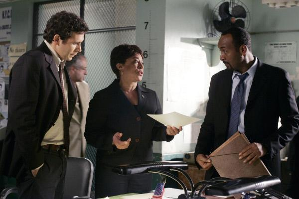 Bild 1 von 8: Lt. Anita van Buren (S. Epatha Merkerson) berichtet den Detectives Lupo (Jeremy Sisto, l.) und Green (Jesse L. Martin), dass ein ehemaliger Vorgesetzter von ihr gern bereit ist, die Polizei bei ihren Ermittlungen im Mordfall Lily Yee zu unterstützen.