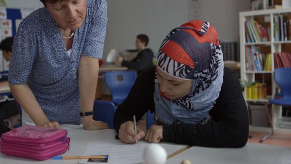 Bild 1 von 8: Esraa mit ihrer Lehrerin.