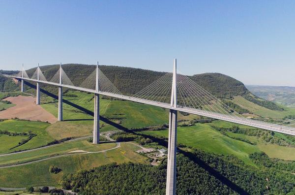 Bild 1 von 4: Das Viadukt von Millau überspannt das Tarn-Tal in fast 300 Metern Höhe.