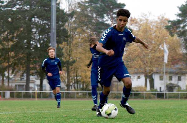 Bild 1 von 5: Dave (Lewis Härtl, re.) wird im wichtigsten Spiel seiner Karriere eingewechselt und rennt mit dem Ball in Richtung Tor.