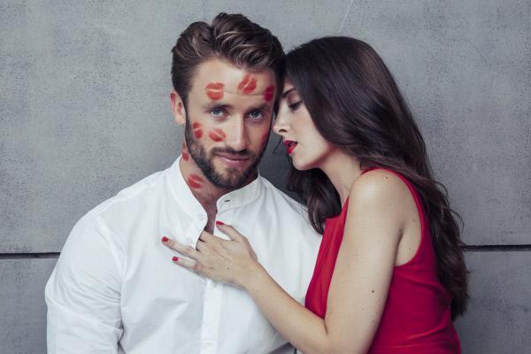 """Bild 1 von 5: Welche Frau k�sst sich in das Herz von Julius? Welche Frau kann ihn mit ihrem blinden Kuss verzaubern? Single-Mann Julius sucht in einer Villa auf Mallorca unter 15 Single-Frauen seine """"Eine"""". Und eines steht jetzt schon fest: Es wird viel geknutscht!"""