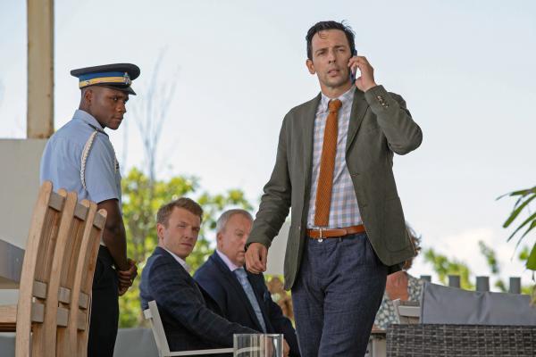 Bild 1 von 5: Detektive Neville Parker (Ralf Little, r.) und Officer JP Hooper (Tobi Bakare, l.) befragen die beiden Verdächtigen Charlie (Thomas Varey, 2.v.l.) und Neil (Steve Pemberton, 2.v.r.).