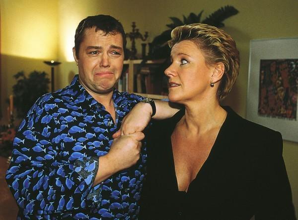 Bild 1 von 9: Tim (Oliver Reinhard) bereitet Nikola (Mariele Millowitsch) auf das Rendezvouz mit Hannes vor.