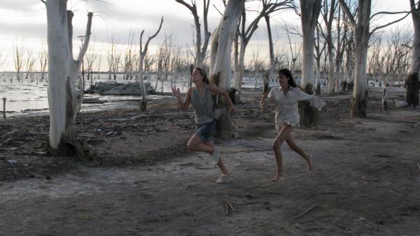 Bild 1 von 15: In einem unbeobachteten Momenten gelingt Stephanie (Amber Heard, l.) und Freundin Ellie (Odette Yustman, r.) die Flucht.