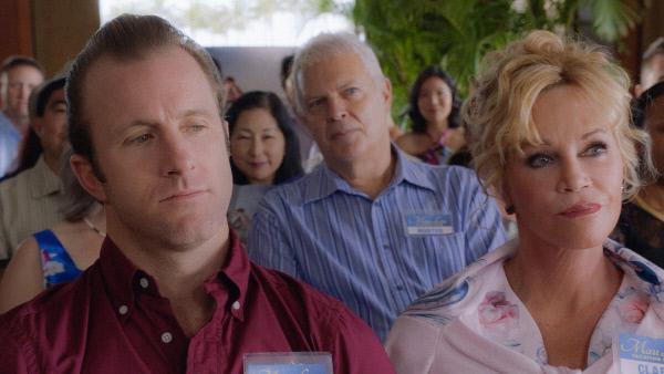 Bild 1 von 16: Dannys (Scott Caan, l.) Mutter Clara (Melanie Griffith, r.) wird vom FBI aufgesucht und über den Fall ihres ermordeten Sohnes Matty befragt, während Steve mit einem Autisten zusammen arbeiten muss ...