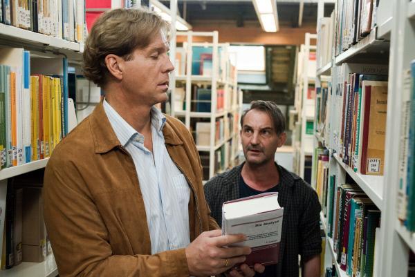 Bild 1 von 11: Dennis Thomsen (Wolfgang Boos, r.) lauert Thaddäus Sandmann (Thomas Heinze, l.) während seines Freigangs auf und bedroht ihn.