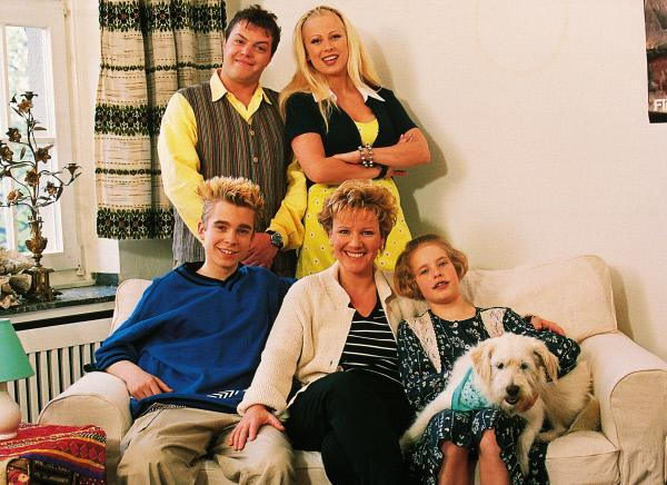 Bild 1 von 11: Nikola (Mariele Millowitsch, Mi.) mit ihren Kindern Stephanie (Friederike Grasshoff, vo.re.) und Peter (Eric Benz, vo.li.), sowie den Nachbarn Tim (Oliver Reinhard) und Elke (Jenny Elvers) und dem Hund Oskar.